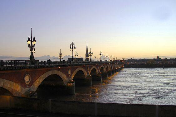 Этот мост сейчас открыт только для общественного транспорта и пешеходов