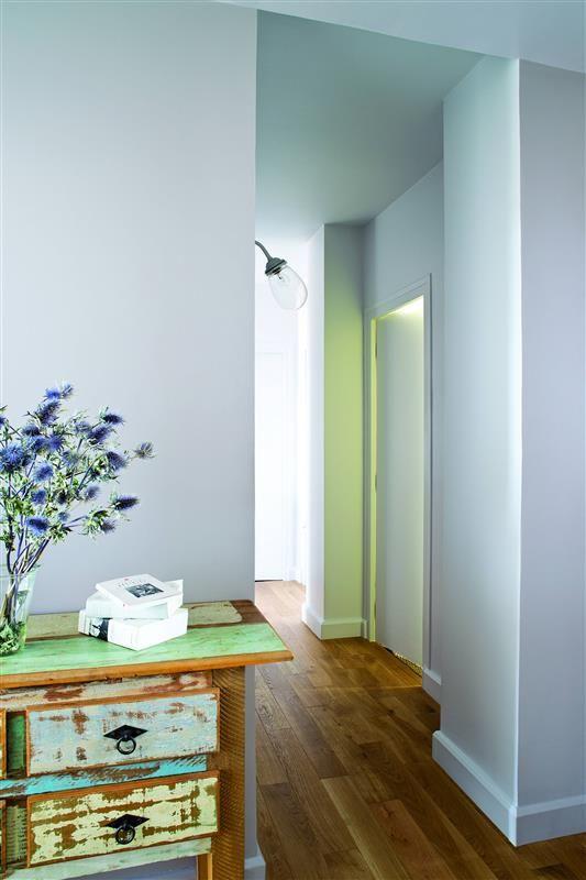 Un appartement r tro en douceur et en couleur teinte for Idee de couleur pour un couloir sombre