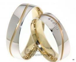 Glanzende witgouden trouwringen van 6 mm. breed. De subtiele golf van mat geelgoud geeft deze ringen iets verfijnds. In de dames trouwring zijn 5 briljant geslepen diamanten verwerkt van 0,028 ct.