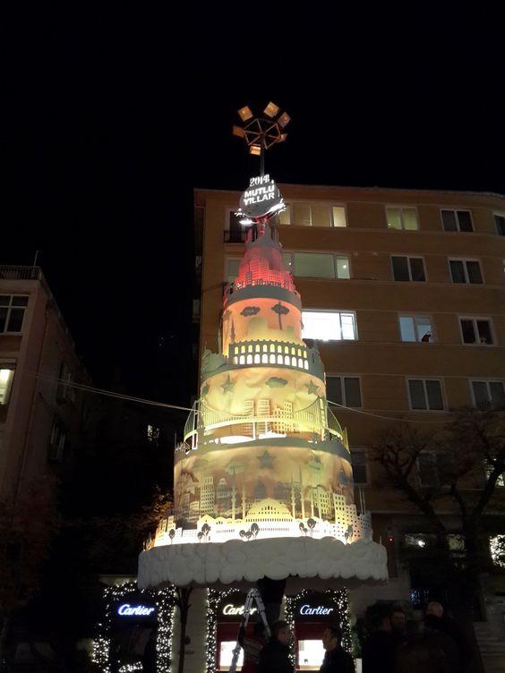 Abdi İpekçi Caddesindeki Yılbaşı Ağacı