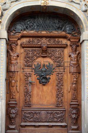 Une ancienne porte en bois avec des ornements et sculptures dans la vieille ville de Gdansk, en Pologne. (An old wooden door with ornaments and sculptures in old town in Gdansk, Poland.):