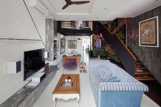 Es Sieht Wie Ein Modernes Fachwerkhaus Aus Und Besteht Aus Zwei Baukörpern,  Die Ein Flur Aus Glas Verbindet. Die Charakteristische Hausform Und Dasu2026
