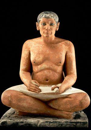 Le scribe accroupi, statuette en calcaire et albâtre, vers 2500 av. J.-C., nécropole de Saqqarah (musée du Louvre, Paris)