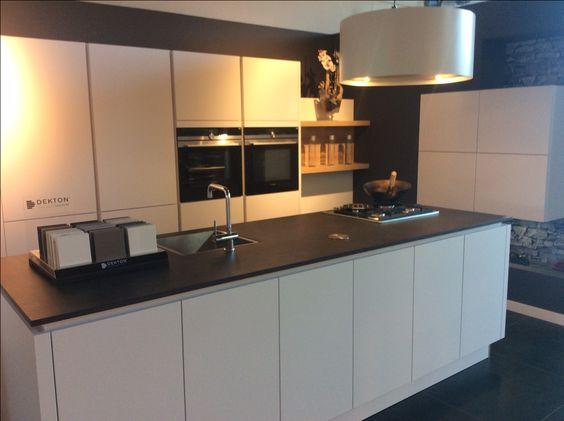 Modern en tijdloos. witte greeploze keuken (kookeiland!) met zwart ...