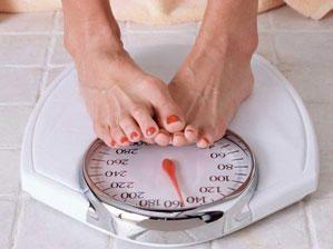Du möchtest deinen Hüftspeck nur zu gerne loswerden? Wir zeigen dir 4 Übungen, mit denen du das Fett zum Schmelzen bringen