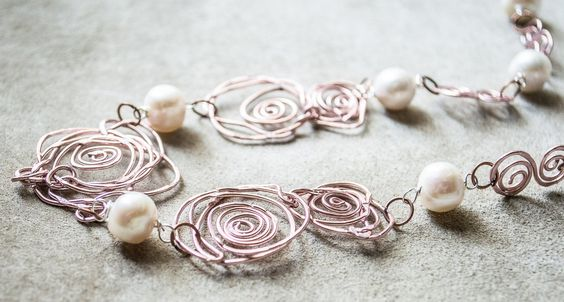 Collana fatta a mano in filo di rame con madre perla (Handmade Rose Gold Filled Wire-Wrapped & Natural Pearls Choker Necklace), by…