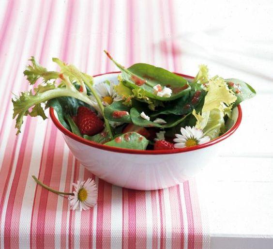Erdbeeren mit Spinat und Feta