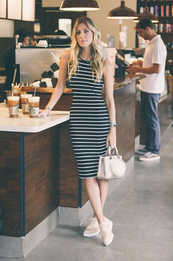 Look casual para arrasar no feriadão. A dica de hoje é um vestido midi listrado de modelagem justa e tênis. A combinação perfeita para arrasar com conforto.: