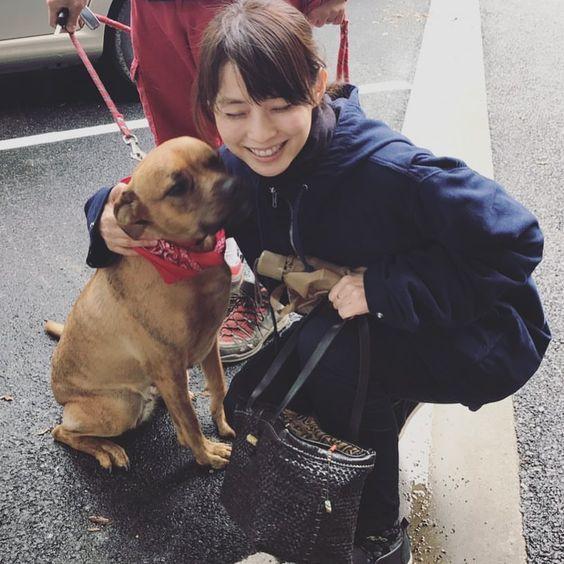 犬に抱き着く石田ゆり子