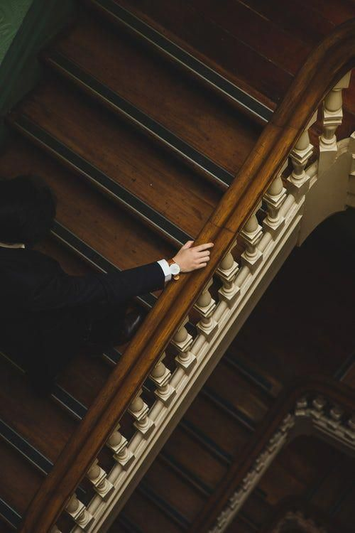 Man Climbing Up The Wooden Stairs Em 2020 Arte Estetica Imagem