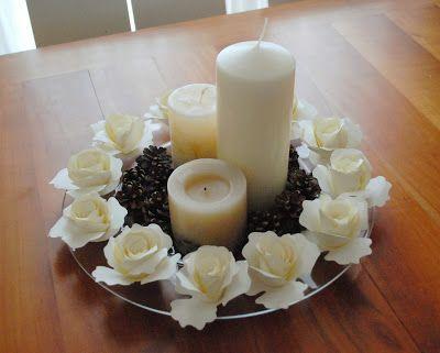Centrotavola con rose di carta pigne e candele incartesimi