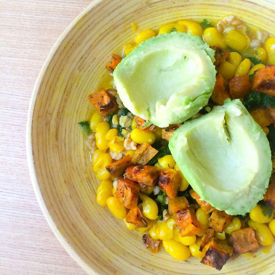 Recette réchauffante de curry végétarien aux haricots blancs, choux kale et fanes de navet, servi avec des papayes douces rôties au four