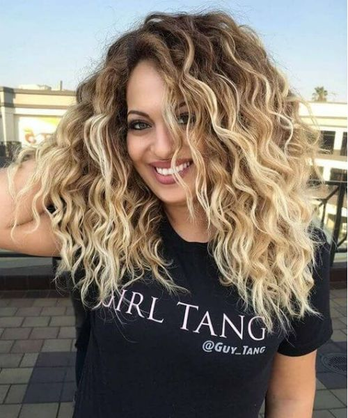 Most Inspiring Mid Length Curly Hairstyles 2019 For Girls And Women To Light You Up Messy Hairstyle Mid Length Curly Hairstyles Short Wavy Curly Hair Curly Hair Styles Naturally