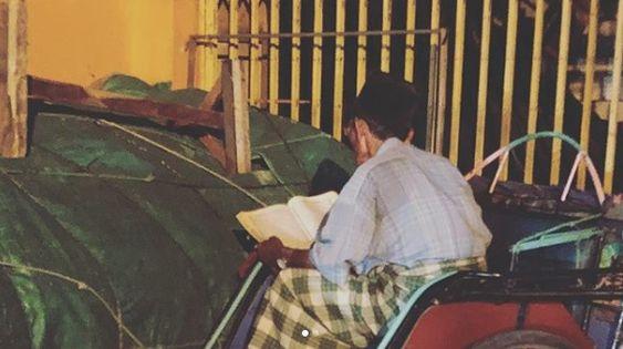 Tukang becak baca Al-Quran