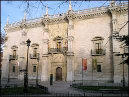 Fachada del colegio de Santa Cruz en Valladolid. patrocinado por el cardenal Pedro González de Mendoza.