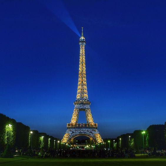 """""""Salut, bonne soirée à tous ! Good night to everybody !  #topphoto #topparisphoto @topparisphoto #pariscityvision #france_vacations #visitlafrance…"""""""