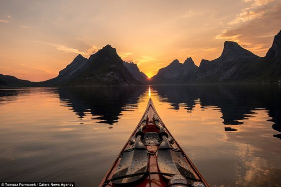 Photo-spectaculaire-de-Fjords-de-norvège-shot-of-a-kayak-2