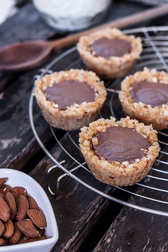 Tartelettes crues au chocolat  Pour la croûte   1/2 tasse d'amandes (75 grs) 1/2 tasse de noix de cajou (75 grs) 2 c. à soupe d'huile de coco (trouvée dans un magasin Bio!) 1 c. à soupe de sirop d'érable (ou sirop d'agave)  1/2 c. à café d'extrait de vanille  1 pincée de sel Pour le pudding  1 gros avocat bien mûr  1 c. à café d'extrait de vanille  1 c. à soupe de cacao 2 c. à soupe de sirop d'érable  1 c. à soupe de miel