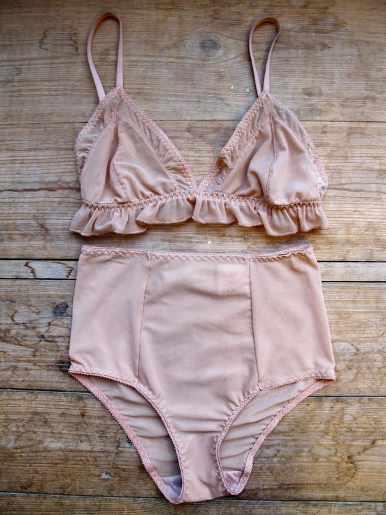 Frills, blush pink, high-waisted - sheer elegance. Emilia loves blush pink.