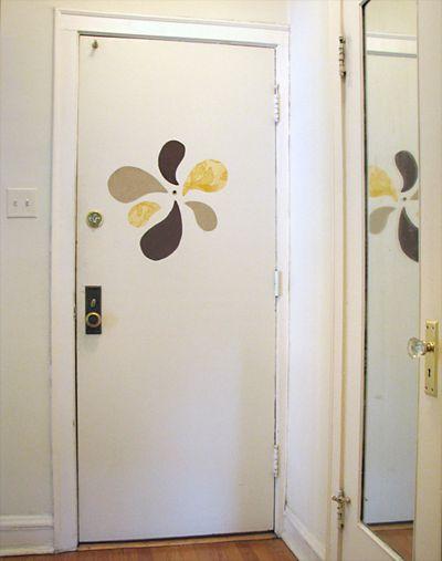 Decoración en tela para la puerta.