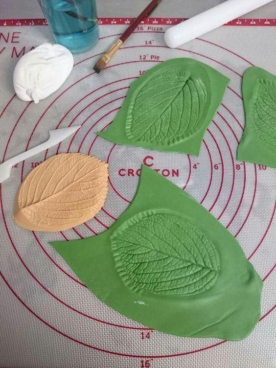 Marcamos unas hojas en fondant para decorar en distintos tamaños y colores!