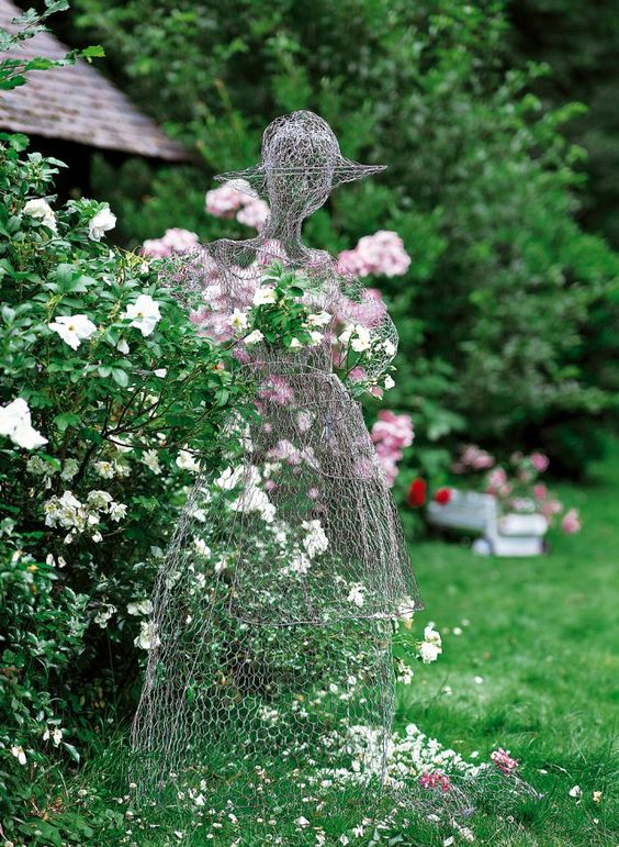 Epouvantail en forme de femme en robe et réalisée avec des morceaux de grillage:
