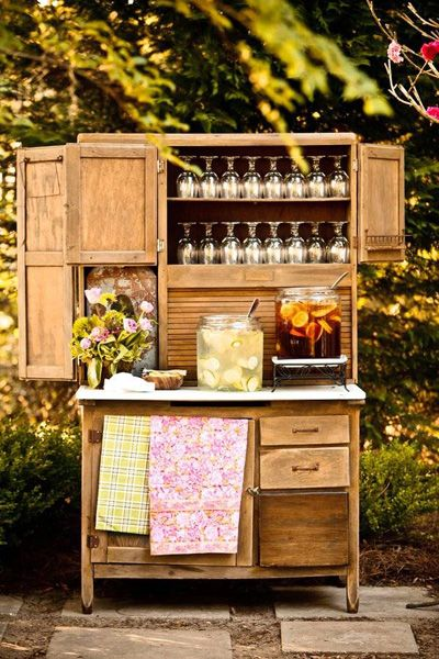 Iced tea and lemonade stand. Cute idea for an outdoor wedding.