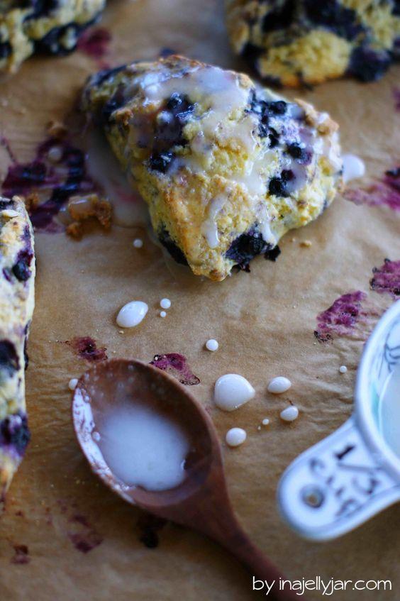 Diese Heidelbeer-Scones mit Maismehl sind so schnell gemacht und mit Buttermilch und Zitronenglasur der perfekte Begleiter zum Tee. knusprig! - http://www.inajellyjar.com/heidelbeer-scones-mit-maismehl/