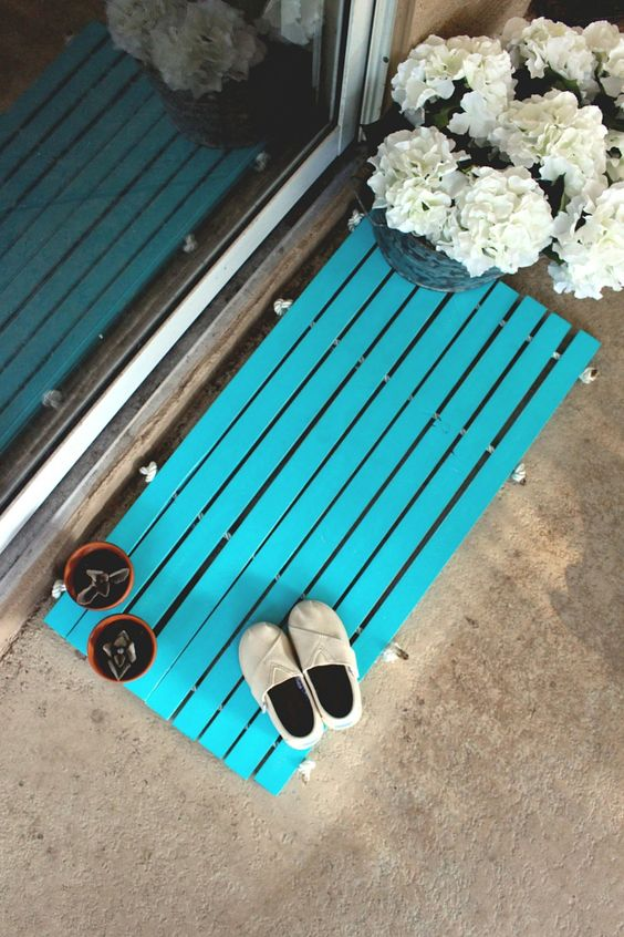 Looking for a weekend project? Easy and cheap diy wooden doormat to help brighten up your entryway or pation.