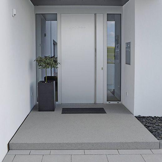 Haustür weiß modern  Helle Haustür, überdachter Eingang; 1 Fenster reicht   Haus ...