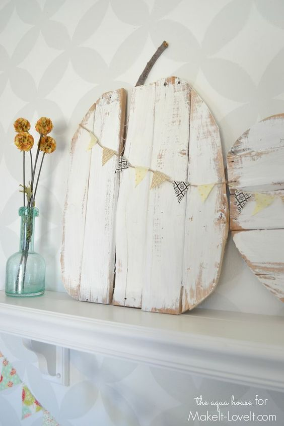 Rustic Pallet Pumpkins...with mini bunting. Learn how to make some fun fall…