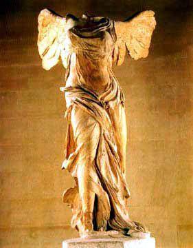 Niké - Mythologie grecque.Déesse personnifiant le Triomphe et la Victoire. Fille du Titan Pallas et de Styx, elle est la sœur de Cratos (la Puissance), Bia (la Force) et Zélos (l'Ardeur), avec qui elle fait partie des proches de Zeus. (L'Hymne homérique à Arès la fait cependant naître du dieu lui-même.) Elle est représentée comme une divinité ailée, capable de se déplacer à grande vitesse. Photo: Athéna Niké = la Victoire de Samothrace, Musée du Louvre.(pin.@LauChansArt)