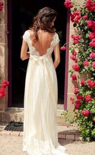 Je vends une robe de mariée en dentelle esprit vintage.  Cette robe est longue, taille empire en dentelle et mousseline de soie.  Décolletée dans le dos sublime  Détails empierés au niveau de la taille.    Couleur ivoire     C'est une robe pour une