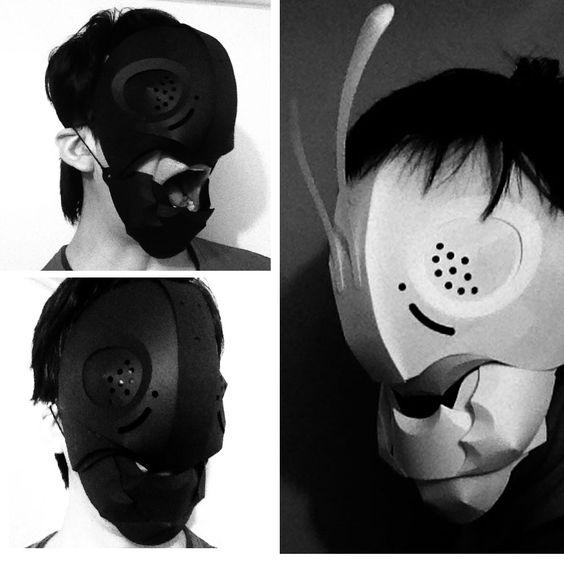 顎パーツを追加した仮面ライダー風マスク。口が動きます。