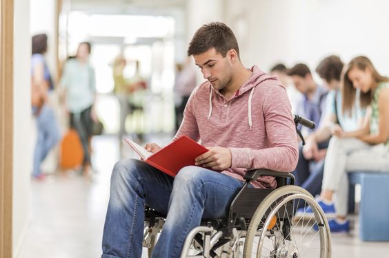 Un handicapé cherche le chemin le plus rapide pour arriver à l'heure en cours - http://boulevard69.com/un-handicape-cherche-le-chemin-le-plus-rapide-pour-arriver-a-lheure-en-cours/?Boulevard69