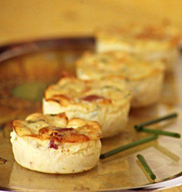 Salé - Mini quiches sans pâte aux lardons et courgettes. Ingrédients : 2 oeufs-40 g de farine-250 ml lait-40 g de gruyère râpé-sel, poivre et muscade-1/2 oignon-50 g de dès de lardons fumés-1/2 courgette. Recette sur le site.