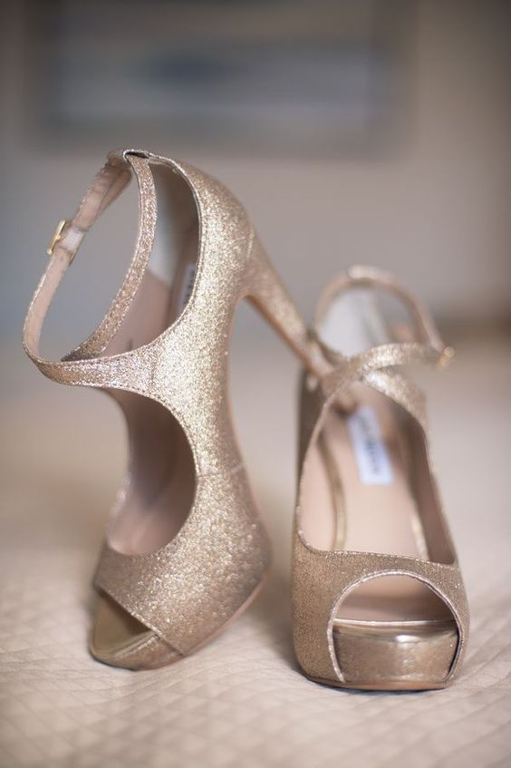 Sparkly gold shoes for the bride #gold #goldwedding #sparkly #glitter #weddingshoes