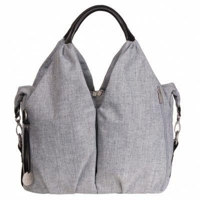 Ce sac à langer Green Label Neckline de la marque Lässig se distingue par sa forme originale. Son encolure lui donne un aspect chic et ses nombreux compartiments lui apporte praticité et confort. Un sac classe et respectueux de l'environnement pour une maman moderne !