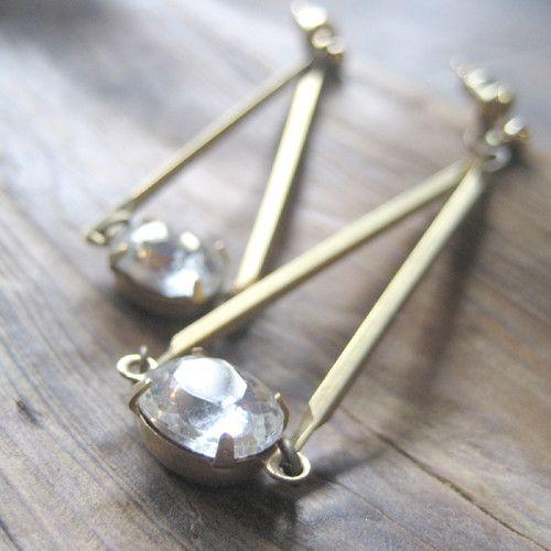 1950s-1960sの真鍮のヴィンテージパーツと、アンティークチェコガラスのと真鍮のモチーフを使った、スウィングタイプのオリジナルピアス。真鍮は時間の経過と... ハンドメイド、手作り、手仕事品の通販・販売・購入ならCreema。