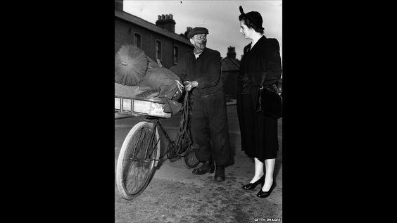 Na imagem acima, Thatcher aparece falando com um limpador de chaminés na cidade de Dartford (cidade no sudeste da Inglaterra) durante sua campanha para o Parlamento em 1951. Ela perdeu as eleições naquele ano, mas ingressou no Parlamento em 1959, ao ganhar a eleição no distrito eleitoral de Finchley, em Londres. Foto: Getty Images