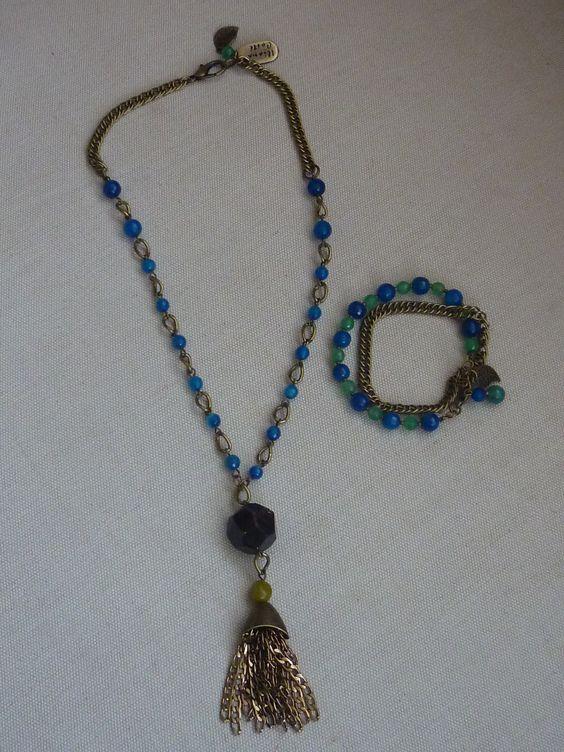 Juego de collar y pulsera elaboarados con oro viejo, agatas azules, granate facetado y opalo.