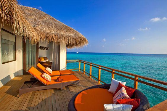 Hôtel Velassaru (Maldives) - Un havre de sérénité perché au-dessus du lagon, la villa sur pilotis possède un magnifique plancher en bois et un lit King aux draps de soie. Admirez le lagon azur grâce aux immenses baies vitrées qui s'ouvrent sur une spacieuse terrasse donnant directement dans l'océan, quelques pas et vous pourrez nager au milieu poissons…