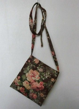 茶系統の地色に薔薇の花が優雅です。ポケット側も柄合わせしました。内外にポケット1ずつ付いています(マジックテープ付)。縦23巾21㎝。綿100%中生地もステキ... ハンドメイド、手作り、手仕事品の通販・販売・購入ならCreema。