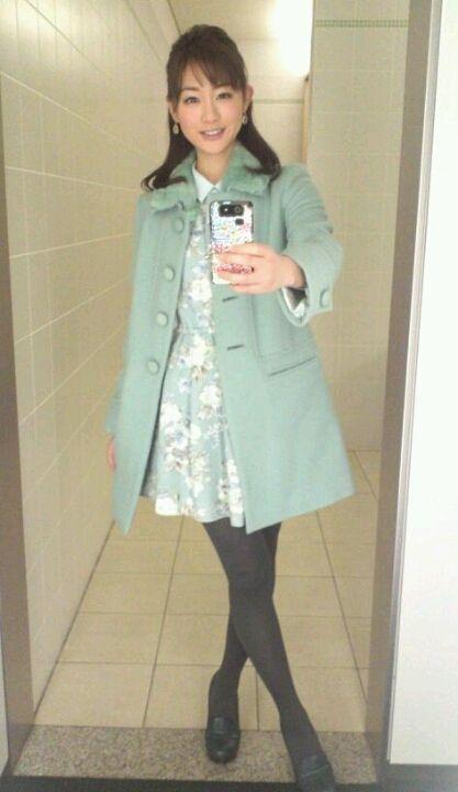 お嬢様系の洋服姿の新井恵理那