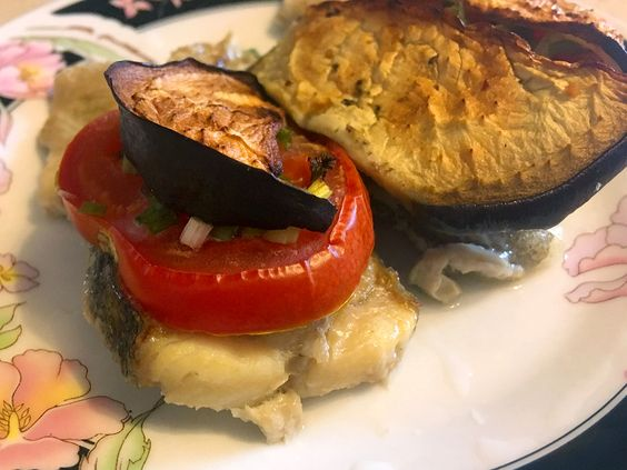 Готовое блюдо: палтус, запеченный с овощами и грабами в яичном соусе. Фото: Evgenia Shveda