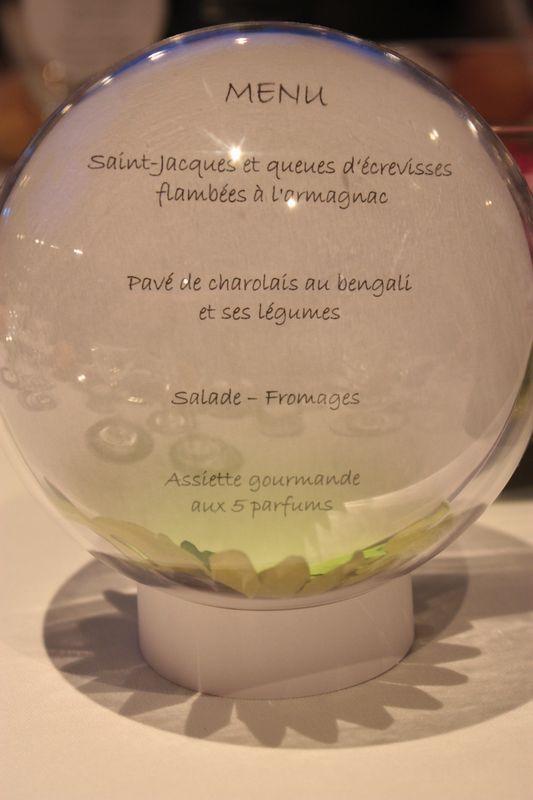 Le menu de mariage dans une boule à neige