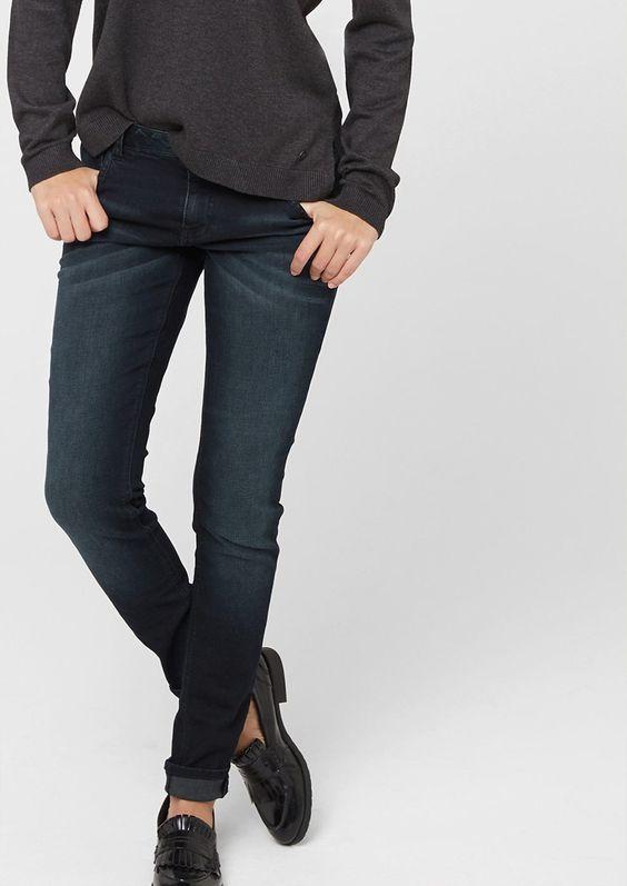 Stretch-Jeans Dunkle Waschung mit Sitzfalten-Effekten in der Waschung. 5-Pocket-Form mit Reißverschluss. Label-Patch aus Leder hinten. Eng anliegende Passform Shape Super Skinny mit normaler Bundhöhe, eng anliegendem Sitz an Po und Oberschenkeln sowie sehr schmalem Beinverlauf. Stretchige Denim-Qualität aus Baumwollmix. Die extra schmal geschnittene Röhre kommt toll zu lässigen Oversize-Obertei...