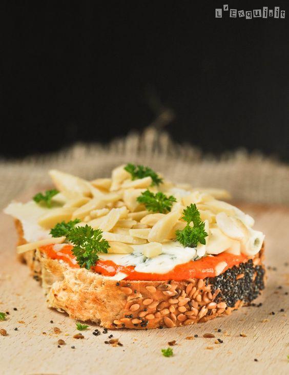 Pan de cereales con crema de piquillos, gorgonzola y almendras - L'Exquisit