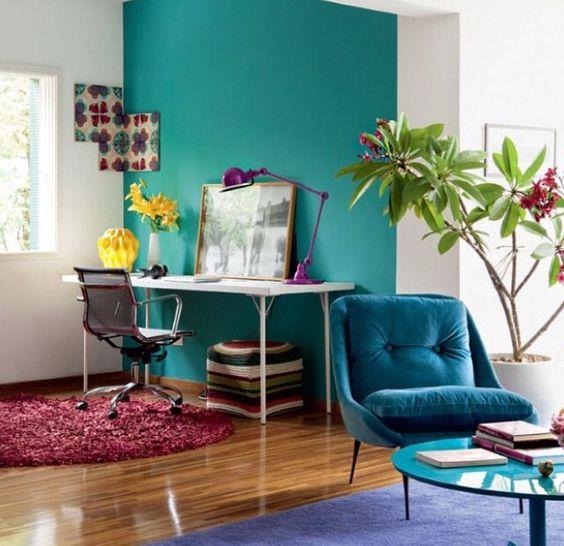Home office integrado a sala em tons de azul