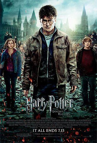 Harry Potter e seus amigos Rony Weasley e Hermione Granger seguem à procura das horcruxes. O objetivo do trio é encontrá-las e, em seguida, destruí-las, de forma a eliminar lorde Voldemort de uma vez por todas. Com a ajuda do duende Grampo, eles entram no banco Gringotes de forma a invadir o cofre de Bellatrix Lestrange. De lá retornam ao castelo de Hogwarts, onde precisam encontrar mais uma horcrux. Paralelamente, Voldemort prepara o ataque definitivo ao castelo.